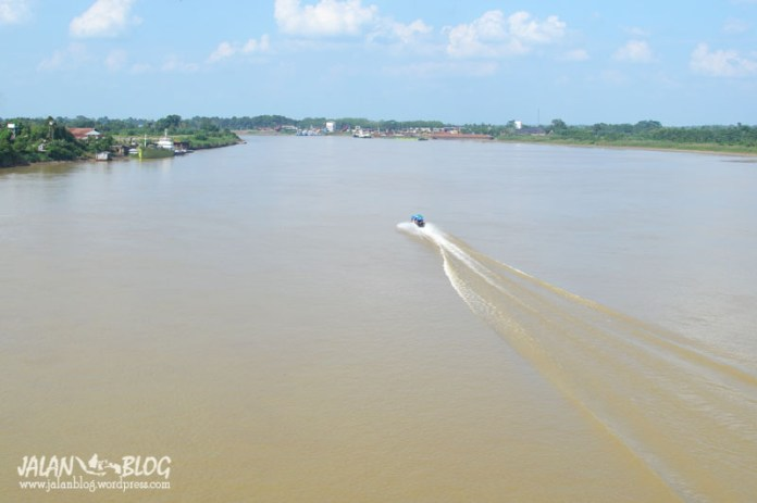 Speed Boat membelah sungai Batanghari