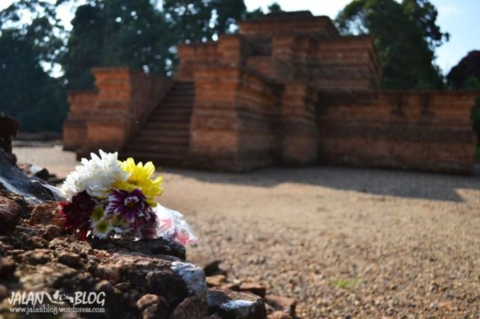 Karangan Bunga di atas candi yang berupa tumpukan batu bata
