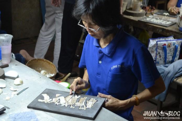 handicaped workers sedang membuat kerajinan vietnam