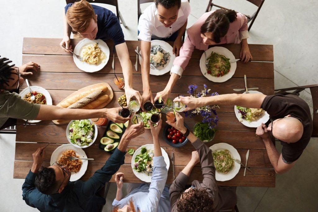 Grundlagen jeglicher Organisation - Gutes Essen am besten in fröhlicher Runde mit lieben Menschen... dann kaut man automatisch auch mehr und isst langsamer.