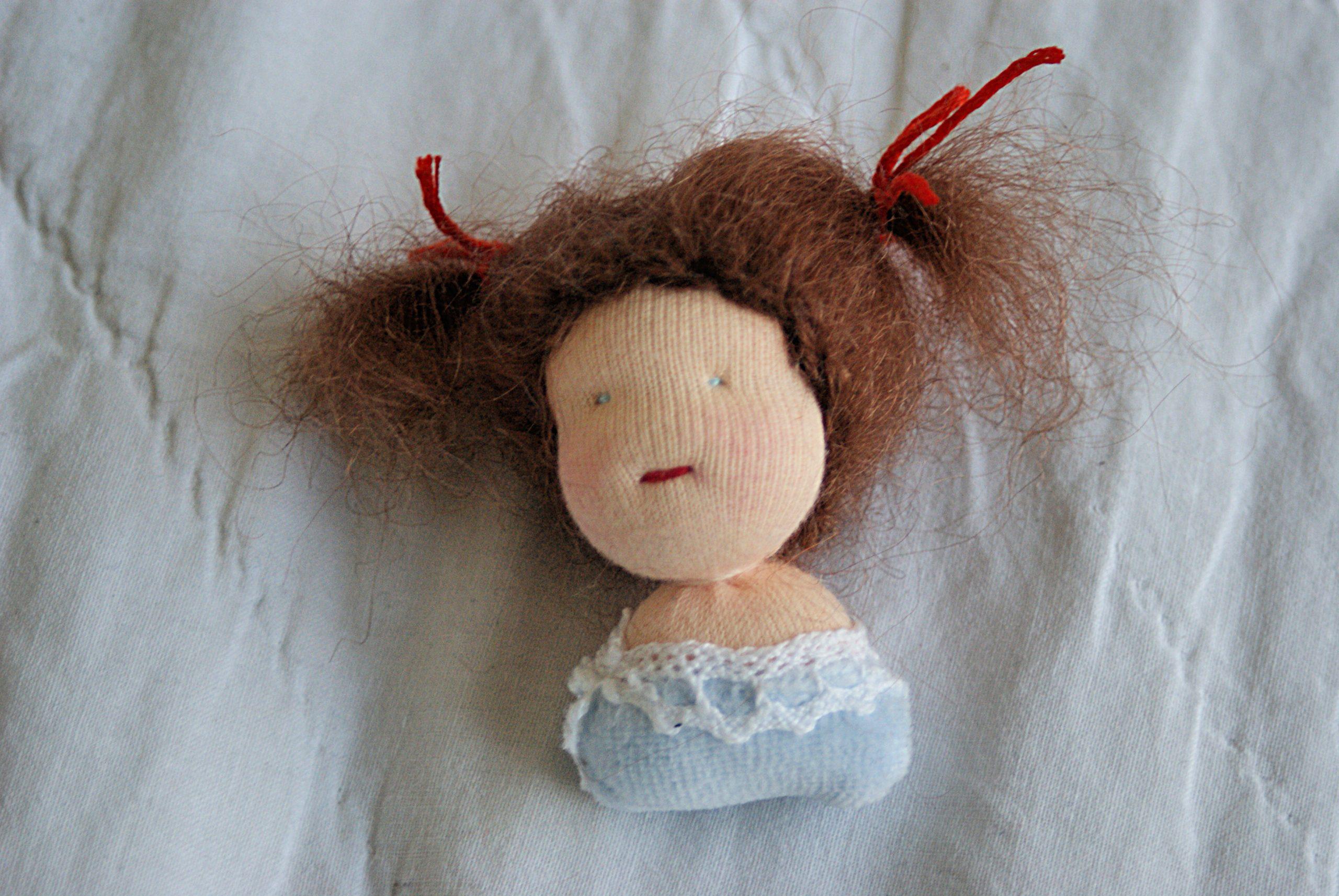 Kleiner Puppenkopf als Brosche
