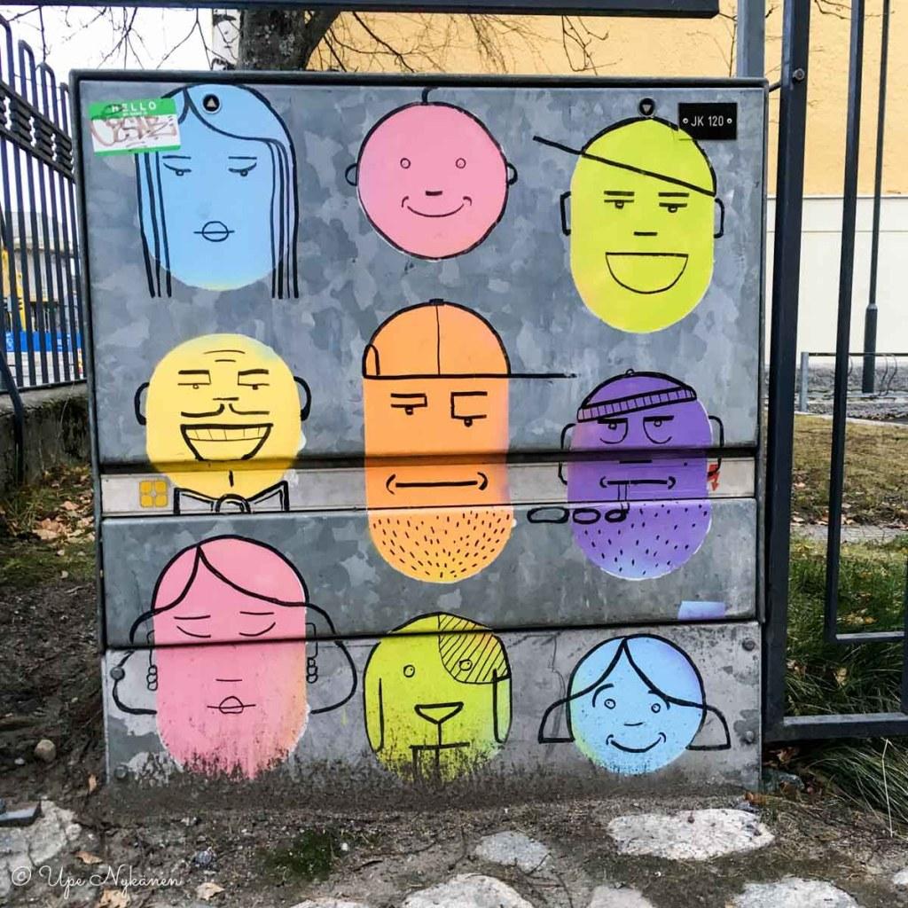 Sähkökaappitaide: 9 naamaa maalattu sähkökaappiin kuopiossa, tekijä Marko Ausma.