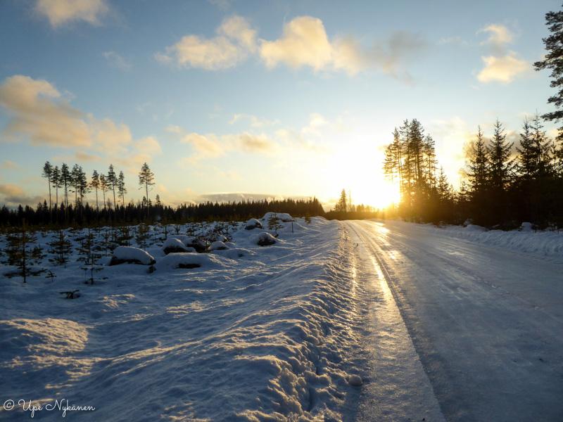 Iltapäivän aurinko Koirasalmentiellä, Kivijärvi