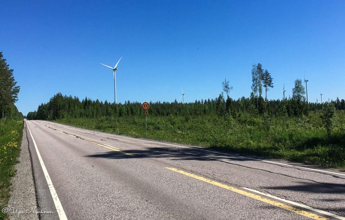 Ouluntie, jonka varrella metsän keskellä on tuulivoimaloita, Haapajärvi.
