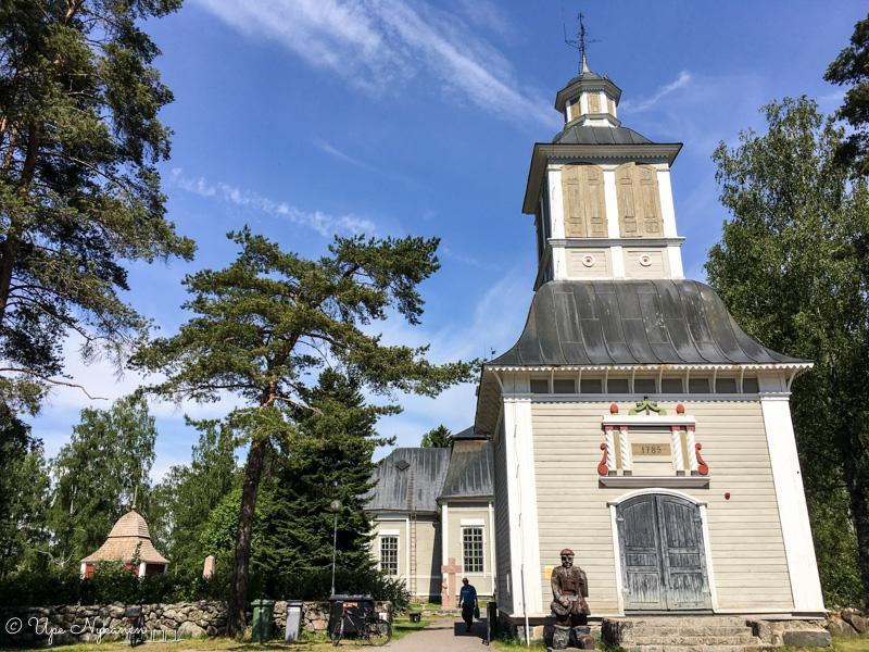 Rantsilan kirkko pilkottaa kellotapulin takaa.