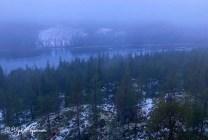 Usvainen, sinisävyinen metsä- ja järvimaisema Häähinmäen maisematornista talvella.