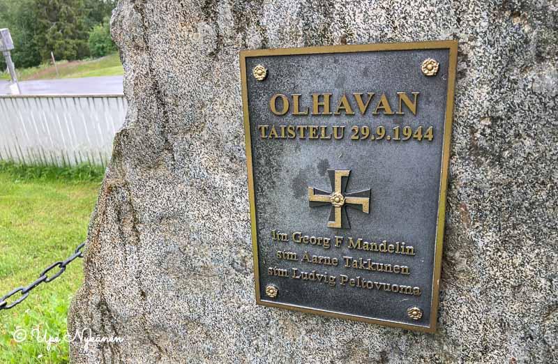 Olhavan taistelun muistokivi ja muistolaatta 29.9.1944, kuolleiden sotilaiden Georg F Mandelin, Aarne Takkunen ja Ludvig Peltovuoma muistolle.