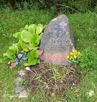 Kuolleen motoristin muistokivi, jossa vuosiluku 1893.