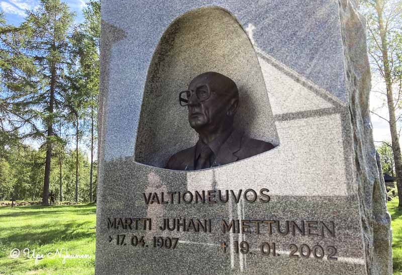 Valtioneuvos Martti Miettusen hautamuistomerkko Simoniemen kirkkomaalla.