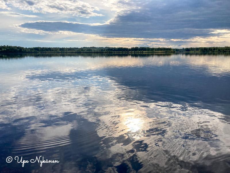Tyyni Kemijoki ilta-auringossa, Tervola.