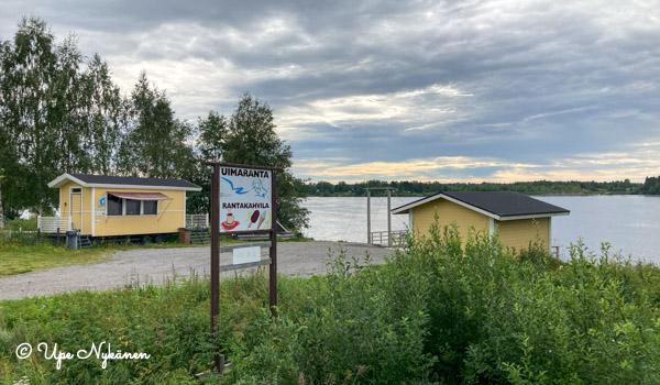 Uimaranta ja rantakahvilan rakennukset Kemijoen rannalla.