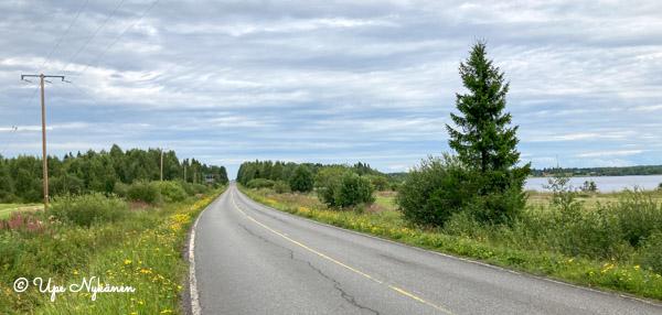 Tie kaartuu jatkumaan suorana Kemijoen vieressä.