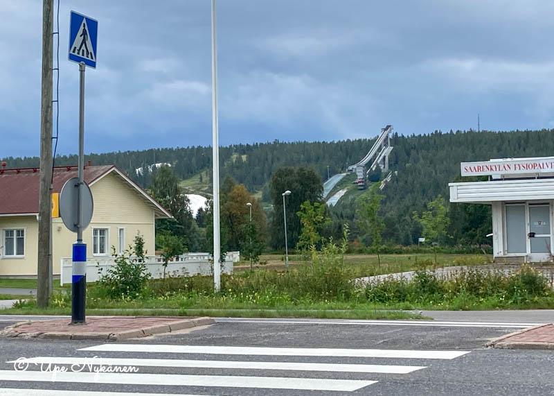 Ounasvaaran hiihtokeskuksen hyppyrimäet näkyvät tien toisella puolella.