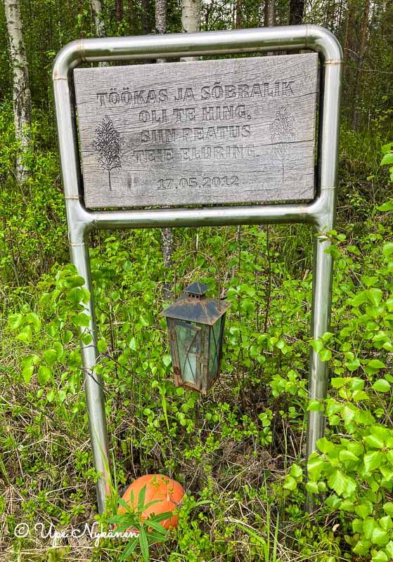 Tien varren muistomerkki, jossa lukee Töökas ja Sobralik oli te hing, siin peatus teie eluring 17.5.2012.