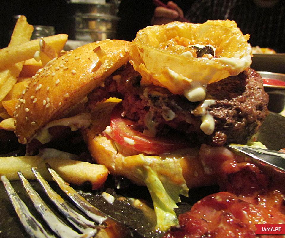 comiendo papachos burger