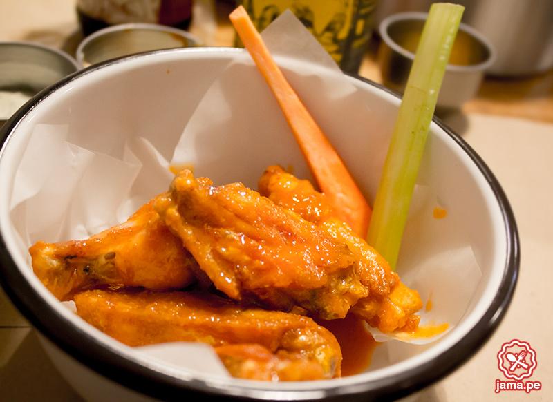 Wingman-Alitas-salsa-bufalo-barranco-alitas