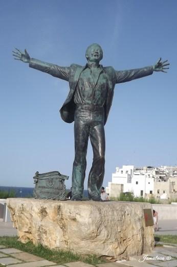 Statua Domenico Modugno - Polignano a Mare