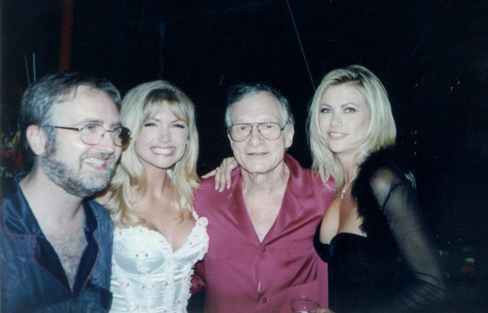 Raymond Benson accompagné de Brande Roderick, Hugh Hefner et Lisa Dergan lors de ses recherches au manoir Playboy, 1998.