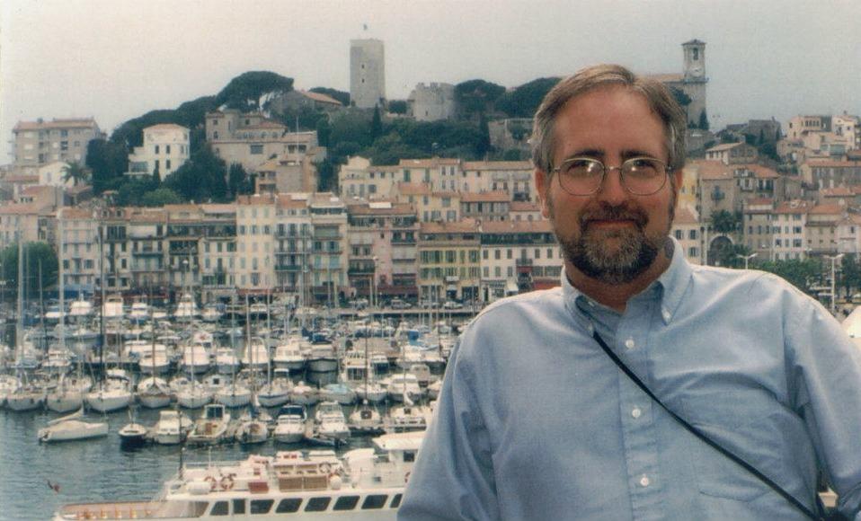 Raymond Benson à Canne durant ses recherches pour Ne rêve jamais de mourir, 2000.