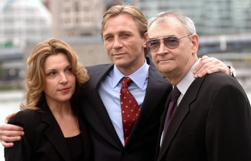 Avec les producteurs qui l'ont choisi : Barbara Broccoli, et Michael G. Wilson