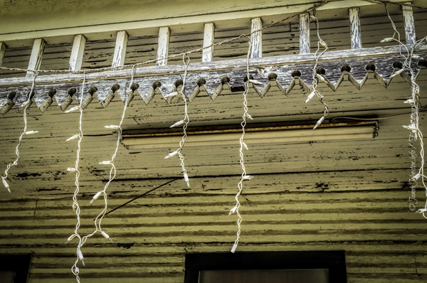Abandoned Farmhouse in Rockwall, Texas still has its old Christmas lights up