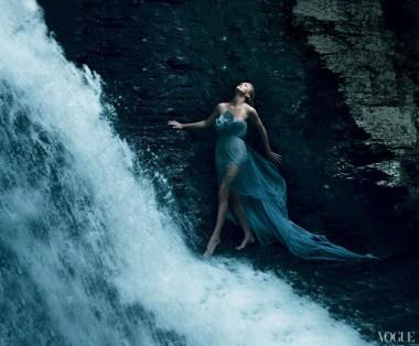 Annie-Leibovitz-Charlize-Theron-Vogue-USA-2011_12_021