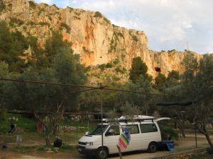 Campingplatz: Nicky klettert am Abend noch kurz hinterm Bus