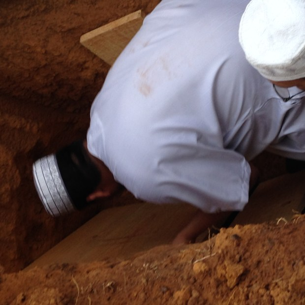Positioning Deceased inside the grave