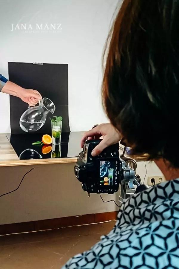 """Ein Bild sagt mehr als tausend Worte. Dies gilt im höchsten Maße für den Verkauf von Produkten über Kataloge oder Internetportale wie ebay oder etsy, die """"Independence-Unternehmen"""", Manufakturen, Handwerkern oder Künstlern eine Verkaufsbasis, bieten. Ein Foto eines Produkts ist nicht nur eine einfache Abbildung. Nein, dieses Foto transportiert die Idee des Anbieters und überzeugt im Idealfall durch Authentizität. An alle, die etwas """"machen"""" und anbieten, richtet sich dieser Fotoworkshop. Ich zeige dir, wie du genau deine Bildsprache findest und die fotografische Technik beherrscht. Ebenso die notwendigen technischen Voraussetzungen anhand verschiedener Aufnahmesets und gehe auf Schwierigkeiten und Fehler ein, die immer wieder passieren. Ebenso spielen derzeit aktuelle Marketinginstrumente wie Social Media und Online-Präsentationsmöglichkeiten eine wichtige Rolle. Lerne, wie du deine Produkte besser fotografieren und erfolgreich verkaufen kannstProduktfotografie-Anfänger-Kurs für Verkäufer, Hersteller, Handwerker, Künstler bei Etsy und CoProduktfotografie ist keine Frage der teuersten Ausrüstung. Auch mit einer einfachen Kamera und Zubehör kannst du tolle Fotos von deinen Produkten machen. In unserem Workshop üben wir ganz praktisch mit dir und deinen Produkten, reine Theorie bleibt draußen!Gute Fotos leicht gemacht!Schmuckfotografie für Künstler, Hersteller, Handwerker. Professionelle Fotoshootings & Workshops1. Tag Setaufbau und KameraeinstellungenAnalyse deiner bisherigen Produktfotos und Besprechung was deine Ziele für den Workshop sind.Wie kannst du deine Kamera einstellen und wie verwendest du wann welche Blende?Welches Zubehör brauchst du für deine Produktfotografie und wie baust du ein Set auf? Wenn du magst, gehen wir zusammen im örtlichen Baummarkt einkaufen!Wie kannst du mit natürlichem Tageslicht und künstlichen Licht fotografieren? Wie baut man die Fotolampen am besten auf?Wie kannst du Tethering zwischen deiner Kamera und Laptop einstellen?Wie kannst du"""