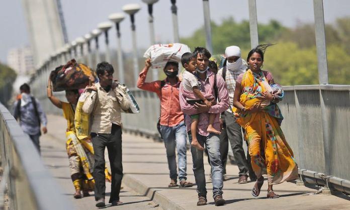 प्रवासी मजदूर घर को लौटते हुए।