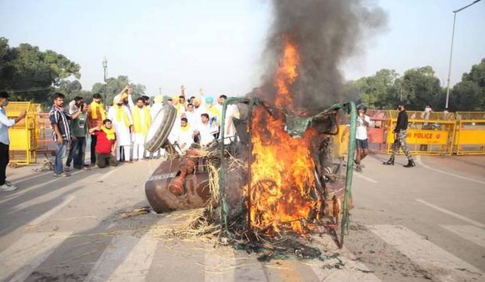 इंडिया गेट पर जलता ट्रैक्टर।