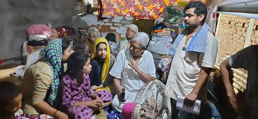 लखनऊ:आतंकवाद के नाम पर पकड़े गए मिनहाज और मसीरुद्दीन के परिजनों से रिहाई मंच के नेताओं ने की मुलाकात