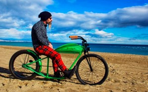 Bicicleta verde tipo Indian modelo hipster en la playa