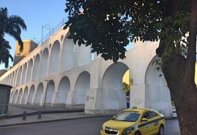 Den ikoniske akvædukt i det farverige kvarter Lapa