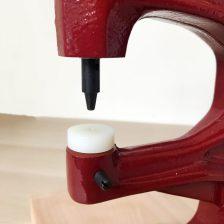 poser des rivets, pressions et oeillets avec une presse d'établi