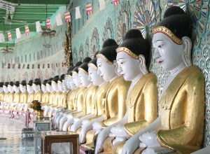 U MinPhoneZe in Mandalay has lots of buddha statues.