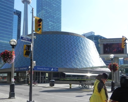 Roy Thomson Hall... sadly, we didn't get inside to enjoy a performance.
