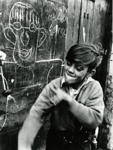 01_PressImage_l_Roger_Mayne__Boy_playing_conkers__1957_58497fec34387