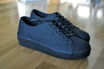 Svarta skor med platå