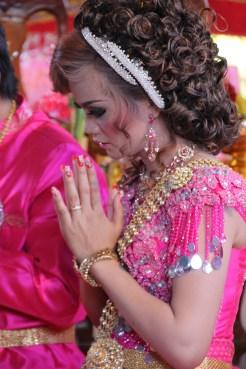 """Die Braut, Outfit Nummer zwei.. Hier wird den Eltern für die eigene Existenz gedankt und man """"verabschiedet"""" sich auch von ihnen"""