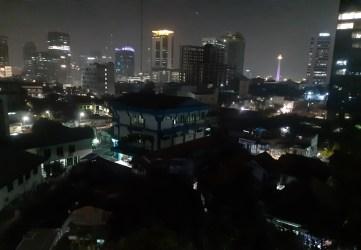 Dżakarta. Nacieszcie się widokiem, bo więcej nie będzie 😉 Powinno być południe, jest wieczór, efekt jet lagu, przesiadek, zmian stref czasowych, niezła kręcioła dla organizmu :)