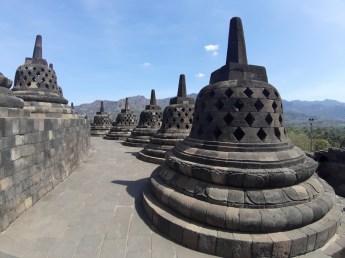 Ostatnie 3 tarasy to okręgi mniejszych stup. Jest ich 72. W większości z nich znajduje się posąg Buddy.