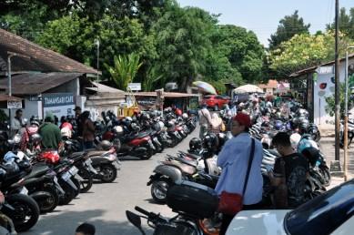 Następnego dnia... parkujemy skutery...