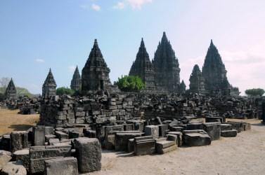 Ciandi Prambanan, hinduistyczna rówieśnica Borobuduru, IX wiek. Wtedy kompleks składał z 240 świątyń. Teraz - jak widać - spora część jest zawalona. To na skutek trzęsień ziemi i erupcji wulkanu Merapi.