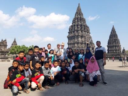Mam wrażenie, że stanowiłyśmy większą atrakcję turystyczną niż same świątynie. Trzeba by przejrzeć instagram, bo takich zdjęć mamy setki w różnym towarzystwie i różnych konfiguracjach.