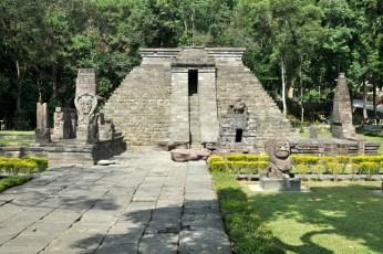 Ciandi Sukuh. Unikalna hinduistyczna świątynia z XV wieku. Ostatnia wybudowana na Jawie przed nadejściem islamu. Nietypowa, bo zbudowana na planie trapezu, a jej najważniejszą częścią jest piramida - raczej charakterystyczna dla budowli Majów.
