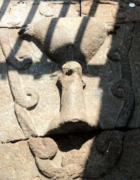 Świątynia nawiązuje do płodności, życia przed narodzinami oraz do samych narodzin. Stąd wiele symboli, które nam kojarzą się erotycznie, a tam - symbolizują nowe życie. Więc cokolwiek Wam się kojarzy - tak dobrze. W indyjskiej interpretacji: linga i joni.