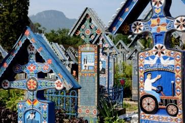 """""""Cimitirul Vesel"""" czyli Wesoły cmentarz. Przyciąga turystów. Pech, jak się trafi na autokar z wycieczką."""