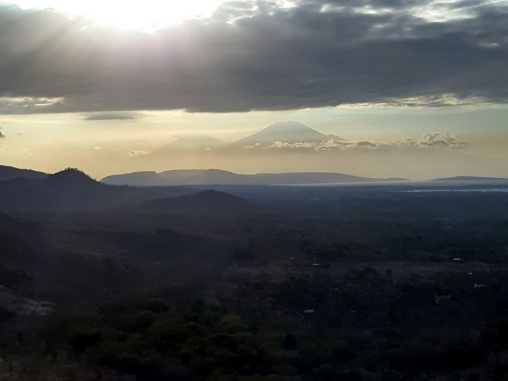 Ale od początku. Jawę mieliśmy przed chwilą. Skończyliśmy w dymiącym kraterze wulkanu Gunung Idżjen (poprzednia galeria zdjęć). To ten właśnie wulkan, ale widziany z sąsiedniej wyspy – z Bali. I o zachodzie słońca.