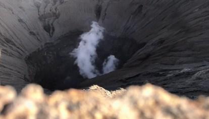 Bromo dymi niewinnie, nawet bardzo niewinnie jak na to, co potrafił w przeszłości wyczyniać. Ostatnia erupcja była w 2004.